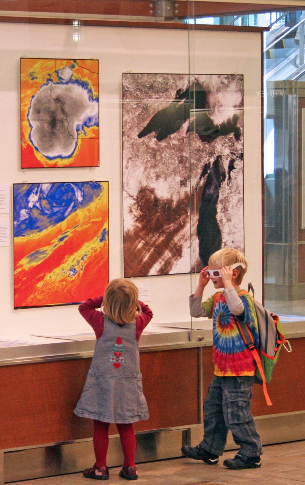 kids at display